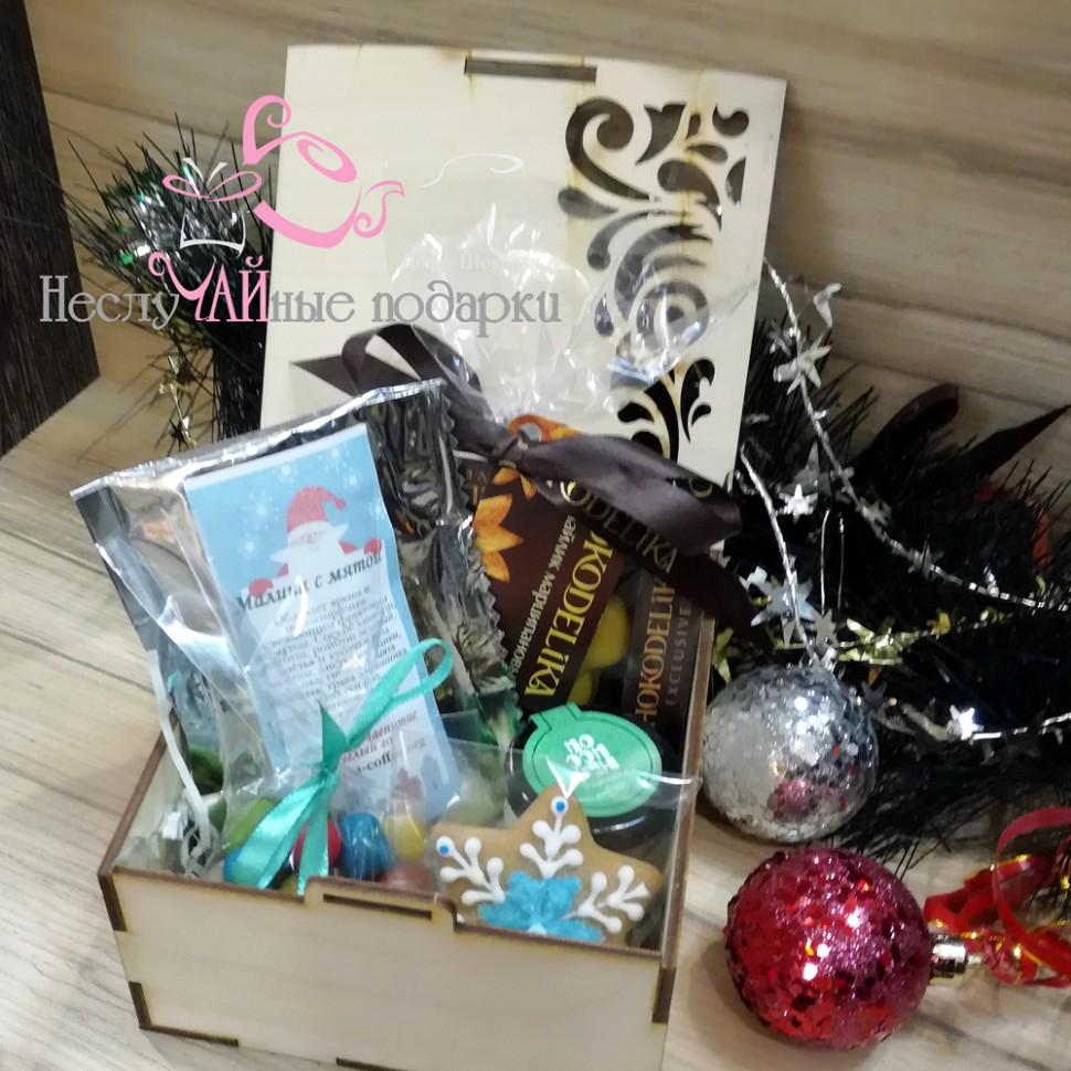 новогодний 4 подарочный набор с чаем и сладостями в квадратной деревянной шкатулке
